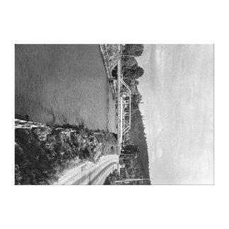 Renton、ヒマラヤスギの川の写真のWAの眺め キャンバスプリント