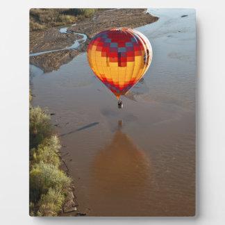Rio Grande川に触れる熱気の気球 フォトプラーク