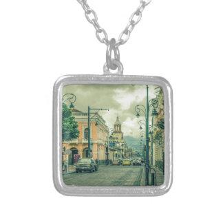 Riobamba都市の歴史的な中心の都市場面 シルバープレートネックレス