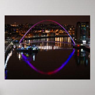River Tyne上の夜までに千年間橋 ポスター