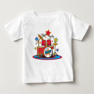 Rockitの飛んでいるなドラムスティックの乳児のティー ベビーTシャツ
