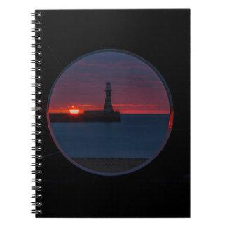 Roker灯台イギリスのノートの日の出 ノートブック