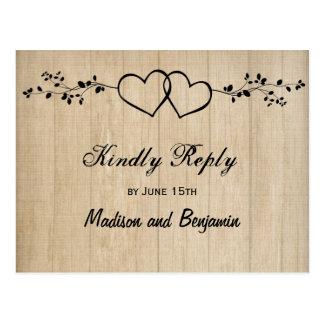 RSVPの郵便はがきを結婚する素朴な木製の二重ハート ポストカード