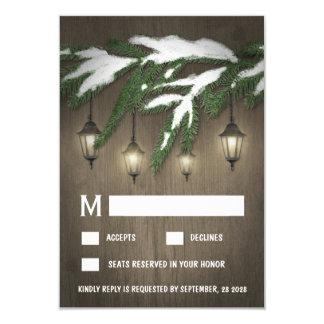 RSVPカードを結婚する素朴な雪の常緑のランタン 8.9 X 12.7 インビテーションカード