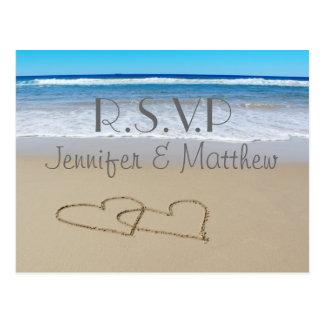 """""""rsvp""""の郵便はがきを結婚する愛ハートを浜に引き上げて下さい ポストカード"""