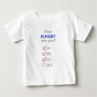 RUNGRYはいかにですか。 半分のマラソン ベビーTシャツ