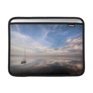 Saltonの穏やかな水に単独ヨット MacBook スリーブ