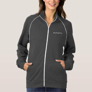#saltspringはフリースのジャケットのファスナーを締めます ジャケット