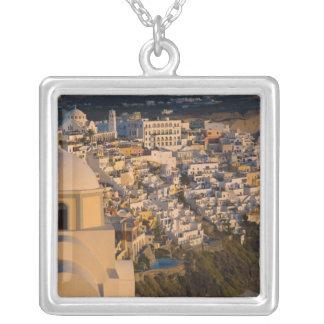 Santoriniの町のギリシャそしてギリシャの島の シルバープレートネックレス
