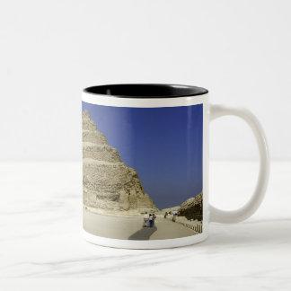Saqqara、最も早いのの1のステップピラミッド ツートーンマグカップ