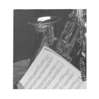 Saxaphoneおよび楽譜 ノートパッド