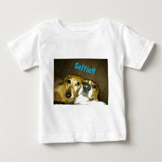 selfieを取っているダックスフントおよびビーグル犬 ベビーTシャツ