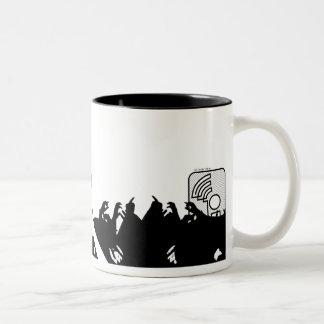 sf-inter.comの群集のサーファーの具象のマグ ツートーンマグカップ