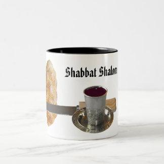 Shabbatのハッラー、ナイフ、ワイン、及び蝋燭 ツートーンマグカップ