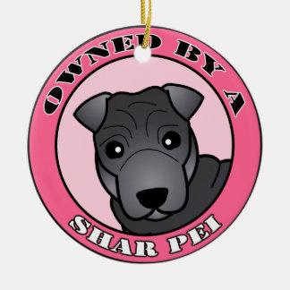Shar Pei -青いコート著所有される-ピンク セラミックオーナメント