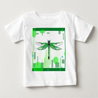 Sharlesの芸術によるエメラルドのトンボのギフト ベビーTシャツ