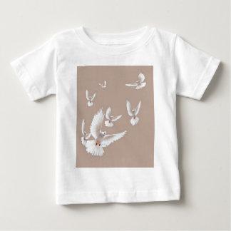 Sharles著白い鳩のベージュギフト ベビーTシャツ