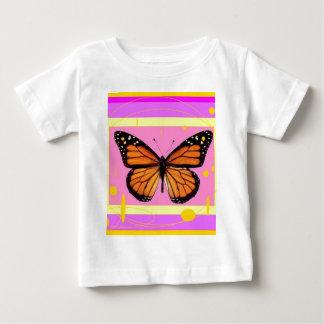 Sharles著(昆虫)オオカバマダラ、モナークのガーリーなピンクのデザイン ベビーTシャツ