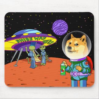 Shibeの総督Astroおよびエイリアンのミーム猫の漫画 マウスパッド