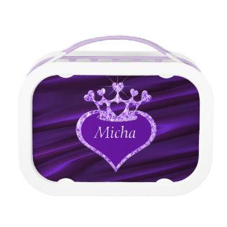 Shimmery折り目を付けられていた紫色のサテンの王冠のモノグラム ランチボックス