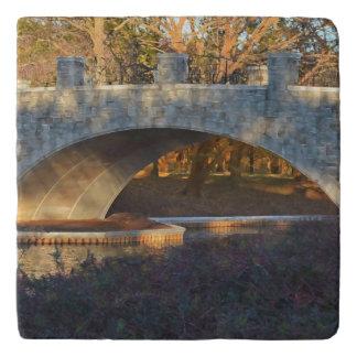 Shirleyテイラー著日没の色彩の鮮やかな橋 トリベット