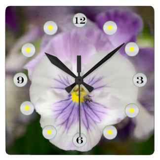 Shirleyテイラー著紫色および白いビオラ スクエア壁時計