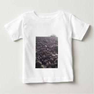 silouetted西桟橋への小石上の眺め ベビーTシャツ