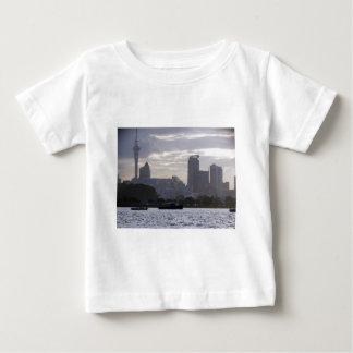 Skytowerおよび都市景観 ベビーTシャツ