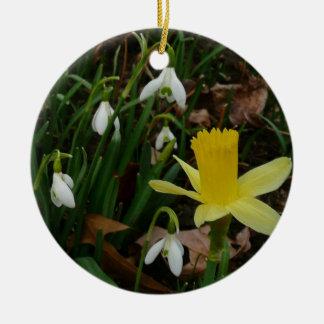 Snowdropsおよびラッパスイセンは早く花柄はねます セラミックオーナメント