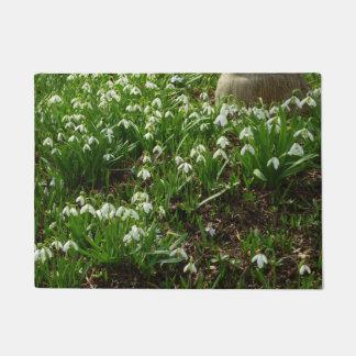 Snowdrops II (Galanthus)の白い春の花 ドアマット