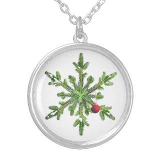 Snowyのマツ雪片のクリスマス シルバープレートネックレス