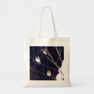 Snowyの冬の嵐の英国すずめの鳥家族 トートバッグ