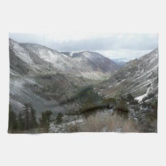 Snowyシエラネバダ山脈山を通って運転 キッチンタオル