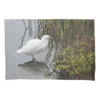 Snowy白鷺の鳥の動物の野性生物の魚釣りの沼地 枕カバー
