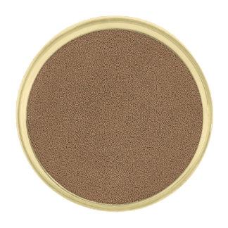 Snugglyのコーヒーブラウンのスエードの質の一見 金色 ラペルピン