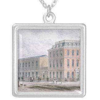 Sohoスクエアおよびカーライルの家の眺め シルバープレートネックレス