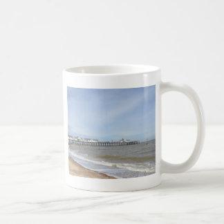 Southwoldのサフォークのビーチそして桟橋 コーヒーマグカップ