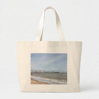 Southwoldのサフォークのビーチそして桟橋 ラージトートバッグ