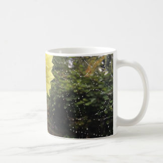 Spiderweb、朝の露および黄色いヒマワリ コーヒーマグカップ