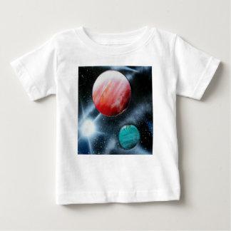 spraypainting赤い緑の惑星および白い星 ベビーTシャツ