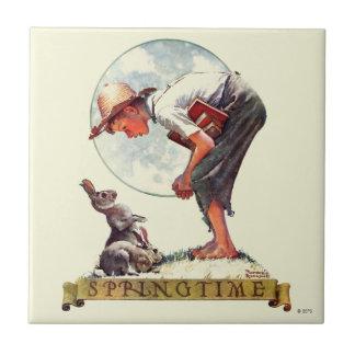 Springtimeのバニーを持つ1935年の男の子 タイル