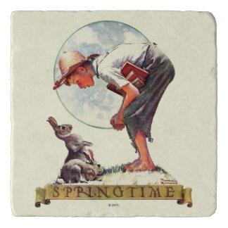 Springtimeのバニーを持つ1935年の男の子 トリベット