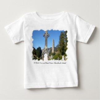 Stケビンの十字および円形タワーGlendalough ベビーTシャツ