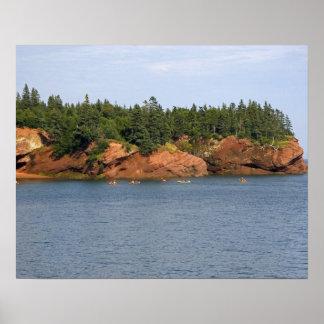 St.でファンデー湾でカヤックを漕ぐ人々の海 ポスター