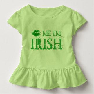 St.ハンバーグは私によってがアイルランドの緑の唇である私に接吻します トドラーTシャツ