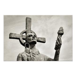St Cuthbertの彫像- Lindisfarne -神聖な島 フォトプリント