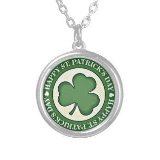 ST PATRICKS DAYの幸せな緑のシャムロックの円形のロゴ シルバープレートネックレス