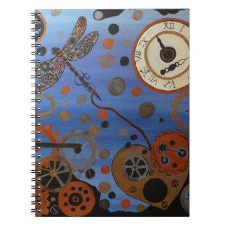 Steampunkのトンボおよびハート ノートブック