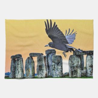 Stonehenge及びミヤマガラスの古代Corvid恋人のギフト キッチンタオル
