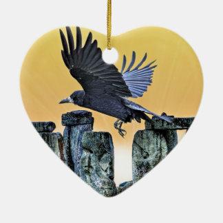 Stonehenge及びミヤマガラスの古代Corvid恋人のギフト セラミックオーナメント